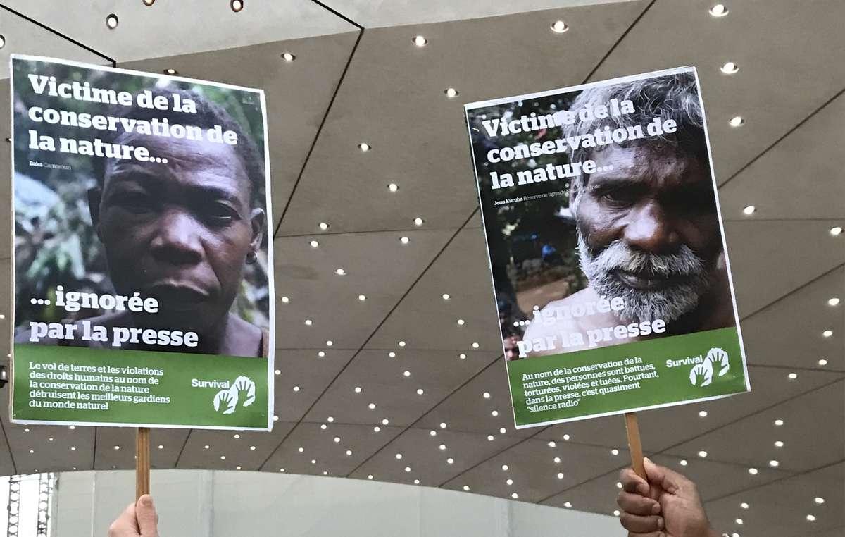 L'équipe de Survival International France, accompagnée de sympathisants, s'est postée en face des bureaux du journal Le Monde en affichant des portraits de personnes autochtones victimes de la conservation de la nature.
