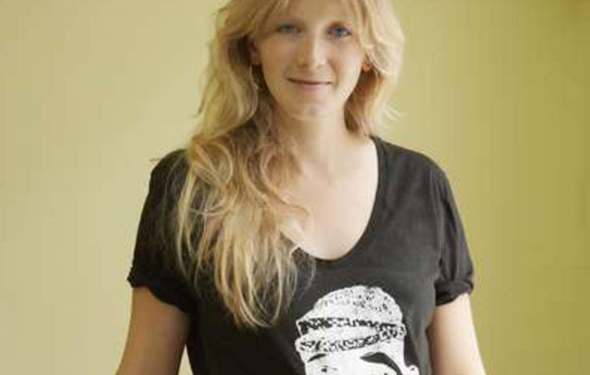 Savannah Miller posa con la camiseta que ha diseñado para Survival.