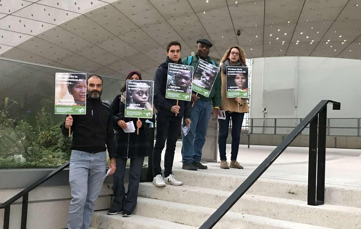 L'équipe de Survival International France et des sympathisants devant les locaux du journal Le Monde.