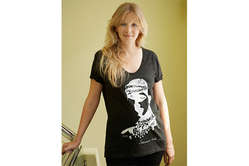 Savannah Miller in ihrem T-Shirt für Survival.