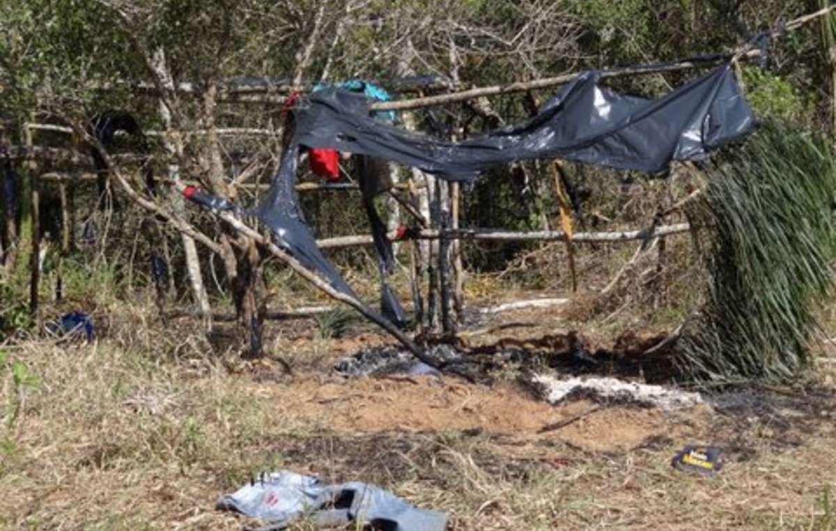 Restos carbonizados de una cabaña guaraní tras el ataque de pistoleros.