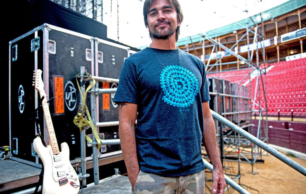 Juanes presta su imagen a la exclusiva camiseta diseñada por Richard Long para Survival.