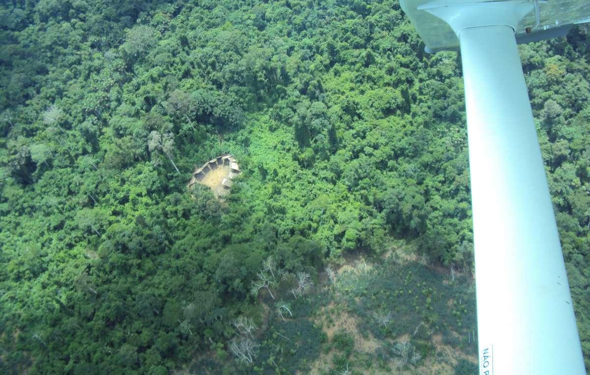 Nouvelle photo dun village de Yanomami isolés au Brésil.