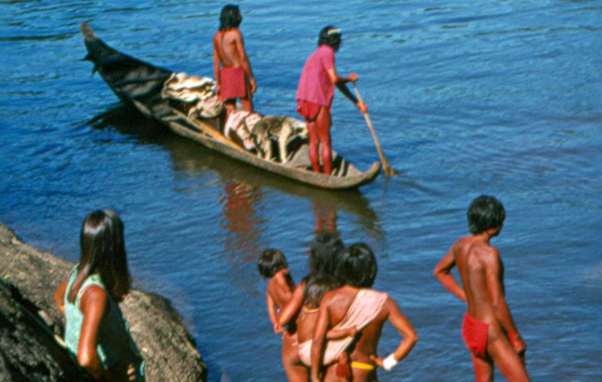 Aparai-Wajana-Indianer am Fluss
