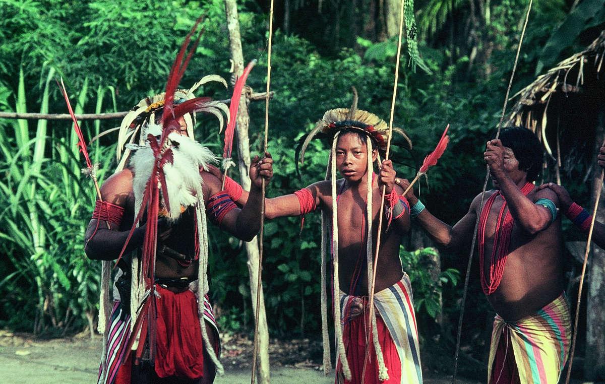 Initiationstanz der Aparai-Wajana-Indianer mit Sternenkrone