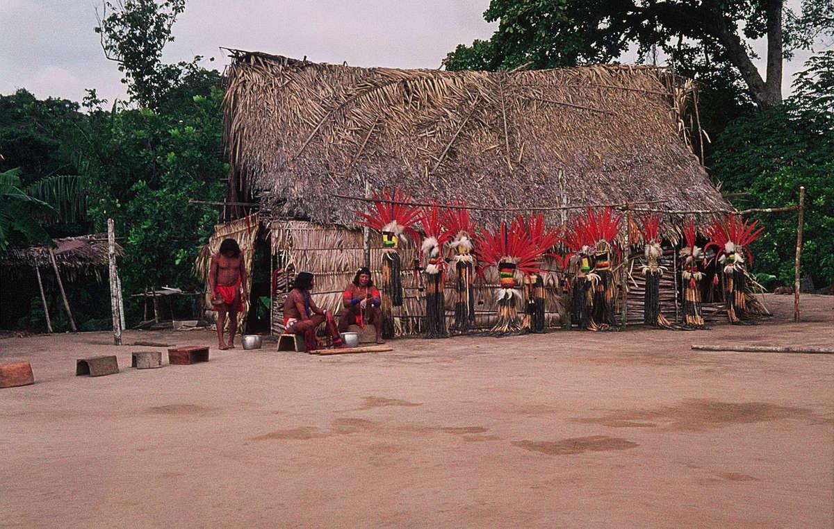 Vorbereitung für ein Tanzfest der Aparai-Wajana