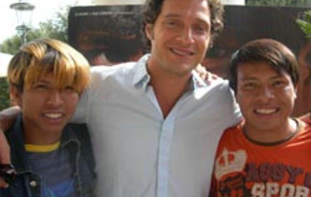 Claudio Santamaria con due degli altri Guarani protagonisti del film Birdwatchers a Venezia.