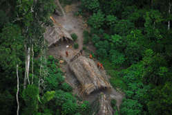 Índios isolados no Brasil vistos do ar, durante uma expedição do governo brasileiro, maio de 2008.