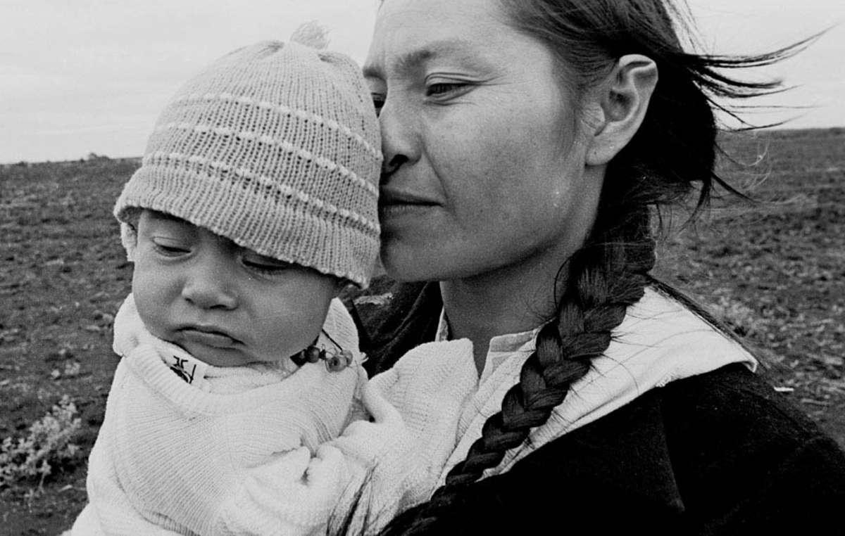 Mulher e criança Guarani. O 'boom' na indústria da cana de açúcar está ameaçando as vidas dos Guarani.