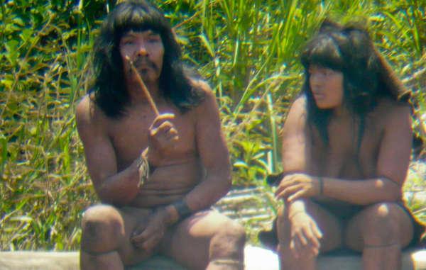 Dieser Mashco-Piro-Mann hält ein Messer mit Holzgriff und einer Spitze aus dem Zahn eines Wasserschweins