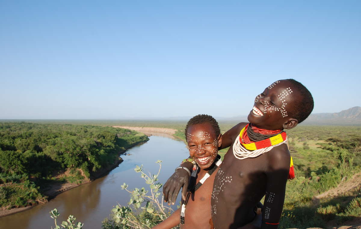 Due ragazzi Karo lungo il fiume Omo, che riveste un ruolo cruciale nel loro stile di vita. Etiopia.