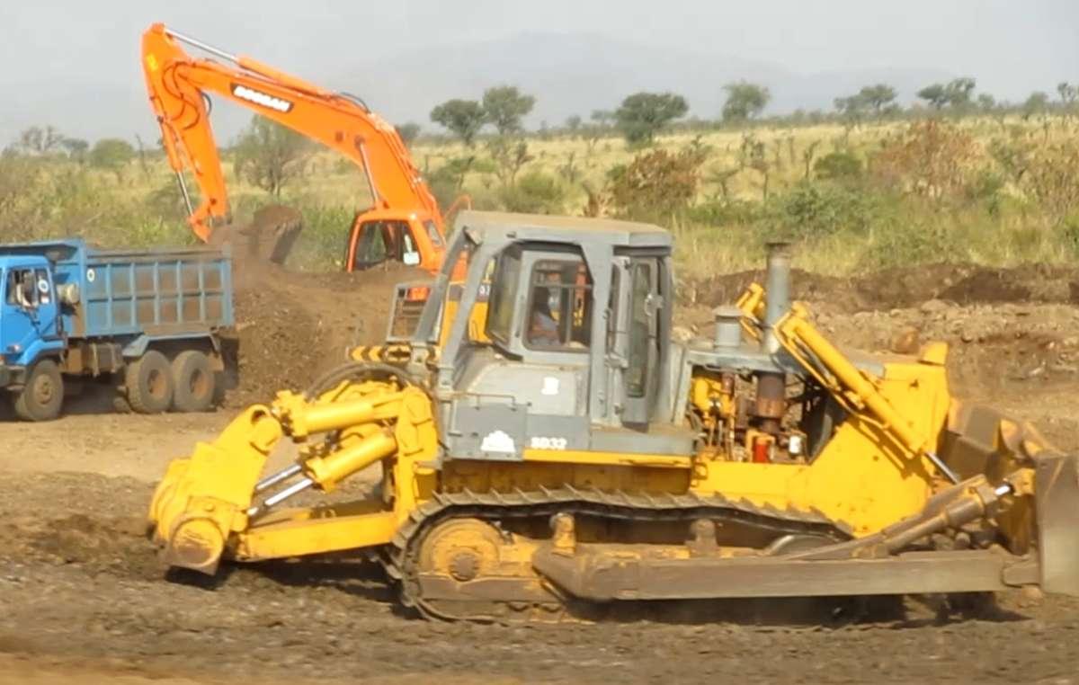 Photo inédite dun bulldozer ouvrant une route vers les plantations de canne à sucre.