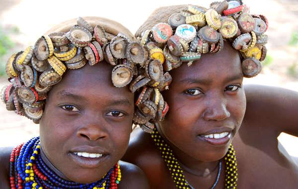 Deux jeunes filles dassanach dans la vallée de l'Omo. Les Dassanach sont l'une des tribus menacées.