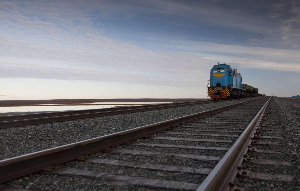 Heute treffen Hirten wie die Nenzen auf ihren Wanderungen auf Pipelines, Bohrtürme und Asphaltstraßen, die die Tundra verändern. Anfang 2011 eröffnete eine gut 500 Kilometer lange Eisenbahnstrecke zwischen Obskaya und Bovanenkovo.