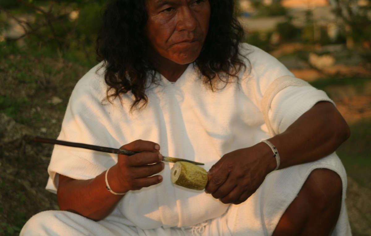 Der Poporo ist ein Symbol der Männlichkeit und ein Zeichen der Zivilisation unter den Indianern der Sierra Nevada