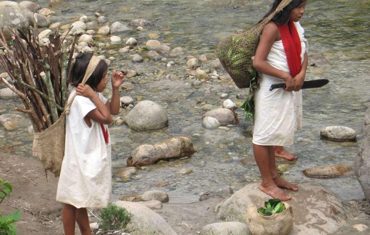 Mädchen in der Sierra Nevada sammeln Bananen und Feuerholz.