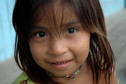 Enfant yaminahua, Pérou. Les Yaminahua vivent à proximité des Indiens isolés murunahua.