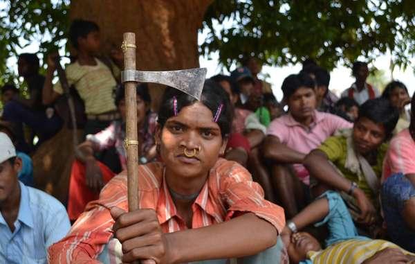 Honderden Dongria Kondh protesteren tegen het beroep van de mijnbouwgigant Vedanta.