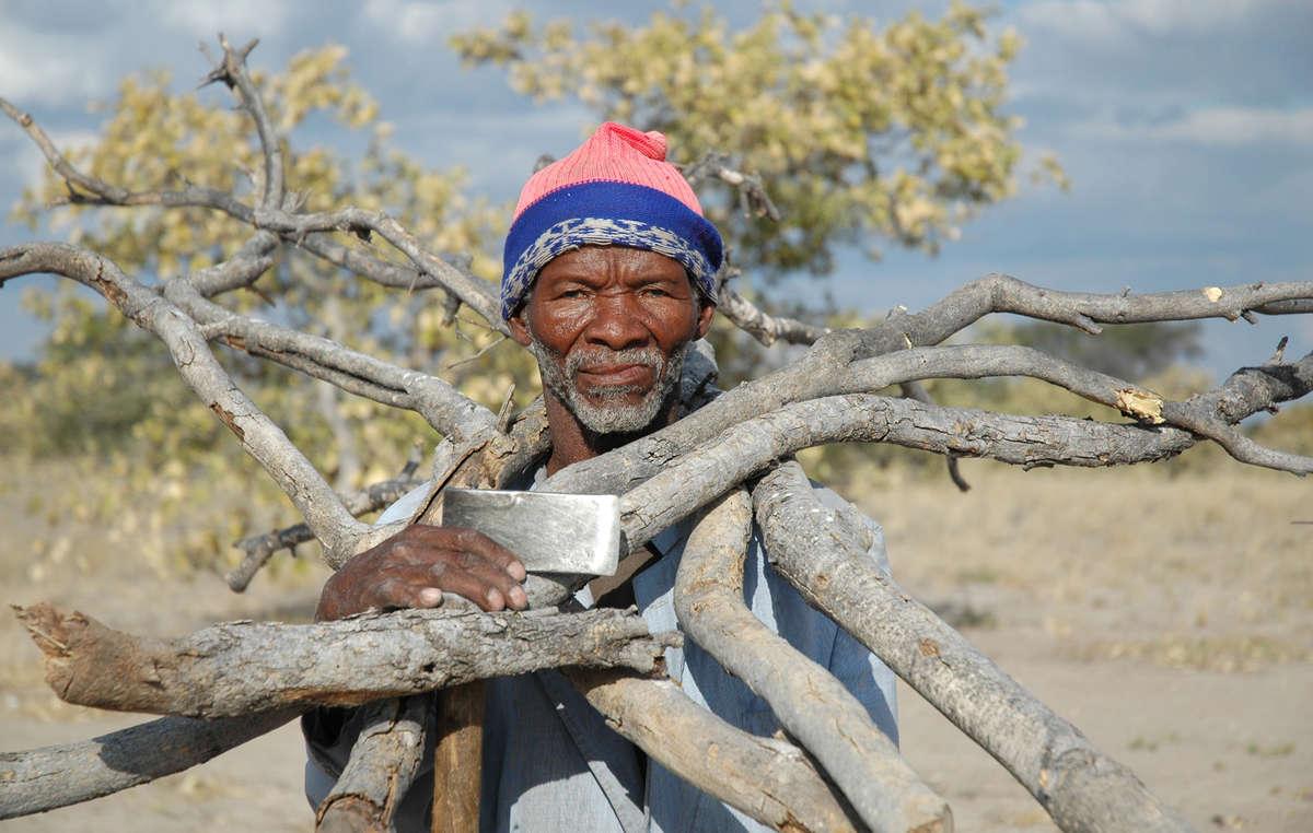 Bosquímanos estão sendo presos apesar de seu direito de viver e caçar na Reserva de Caça do Kalahari Central.