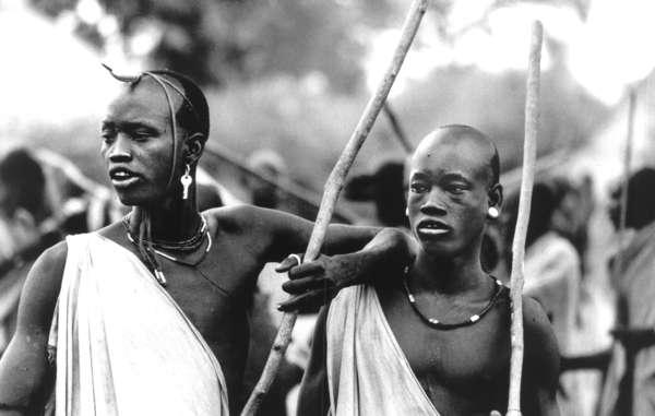 Des hommes de Mursi Hanna, un village mursi de la basse vallée de lOmo, un jour de marché. (Ethiopie)