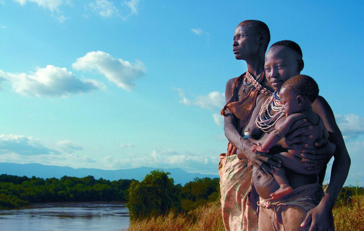 Tre generazioni di Kwegu lungo il fiume Omo, in Etiopia. Oggi i Kwegu soffrono la fame a causa del lento prosciugarsi del fiume.