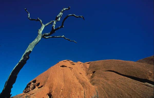 Uluru (Ayers Rock) ist die wohl bekannteste heilige Stätte der Aborigines in Australien. Er spiegelt auch die enge Beziehung der Aborigines zu ihrem Land und der Traumzeit wieder.