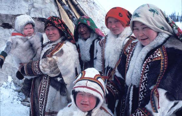 Chanty-Frauen und Kinder vor ihrem Tschums. Die Zelte können sie bei Wanderungen mit den Rentieren einfach zusammenpacken.