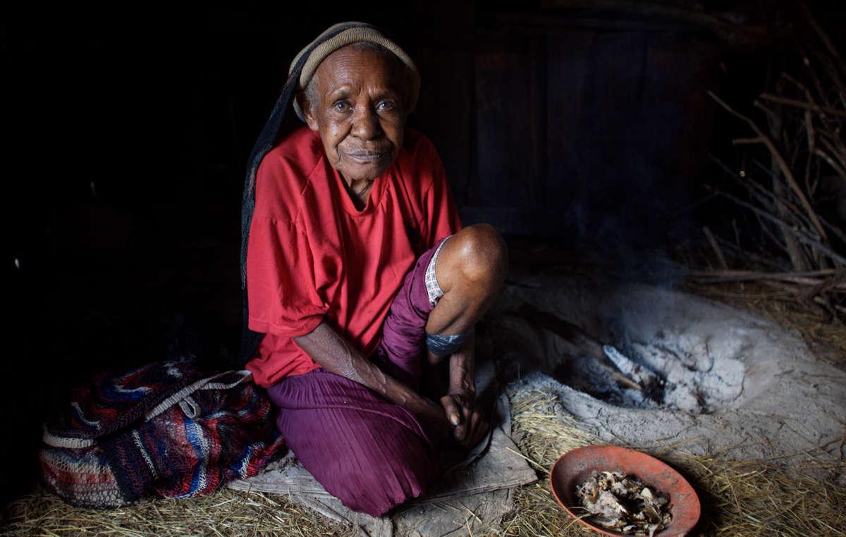Eine Dani-Älteste in ihrem Haus, West-Papua.