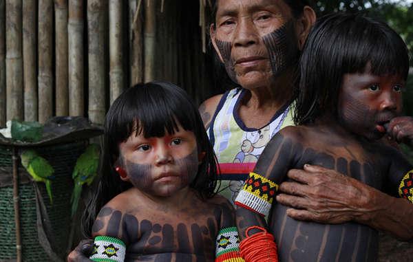 Eine Kayapo-Familie, Brasilien.