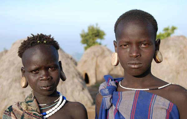 Drei neue Berichte sagen Katastrophe für eine halbe Million Indigene vorher, darunter die Mursi in Äthiopiens Omo-Tal.