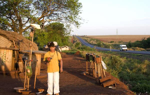 Les communautés guarani sont contraintes de vivre en bordure de routes suite au vol de leurs terres.