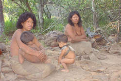Membros do grupo Ayoreo-Totobiegosode no dia em que foram contatados pela primeira vez, em 2004, Paraguai.