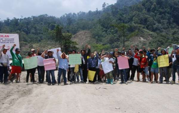 Hundreds of Penan blockade the road leading to Murum Dam.