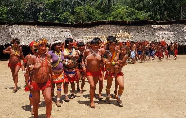 Angehörige der Yanomami begrüßen Gäste der 7. Versammlung der Yanomami-Organisation Hutukara in Watoriki