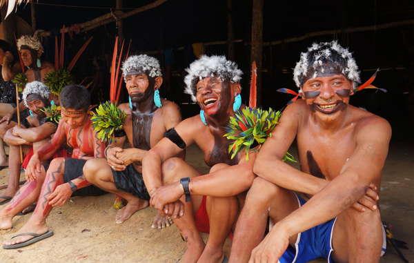 Angehörige der Yanomami feiern das Ende der 7. Versammlung der Yanomami-Organisation Hutukara