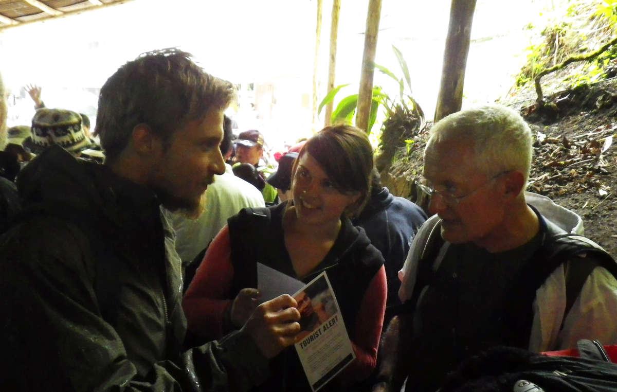Representantes de Survival han repartido folletos entre los turistas de Machu Picchu.