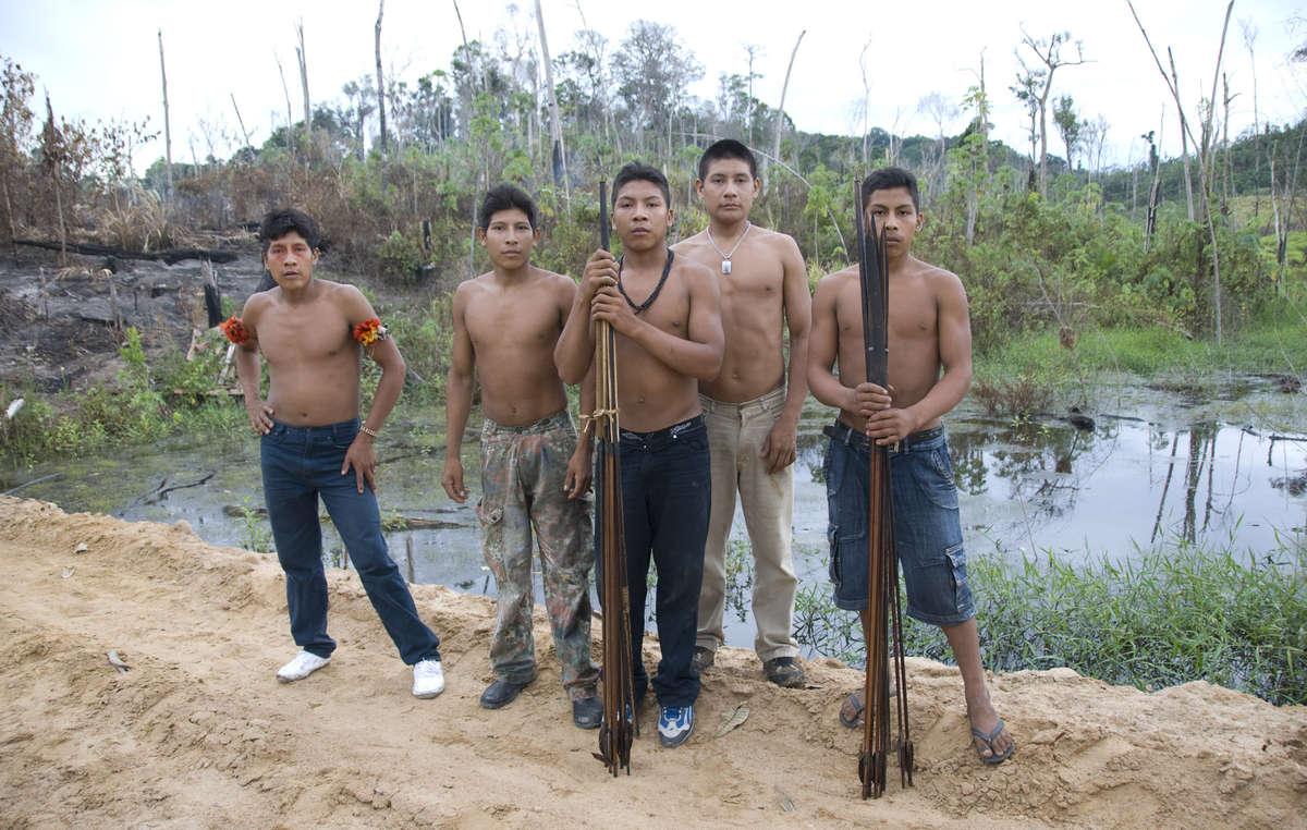 Membros da tribo Awá fizeram uma rara viagem a Brasília para pressionar o governo brasileiro a remover invasores ilegais de suas terras