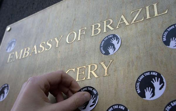 Aufkleber mit der Forderung 'Brazil: Save the Awá' werden bei Survivals weltweiten Protesten eingesetzt.
