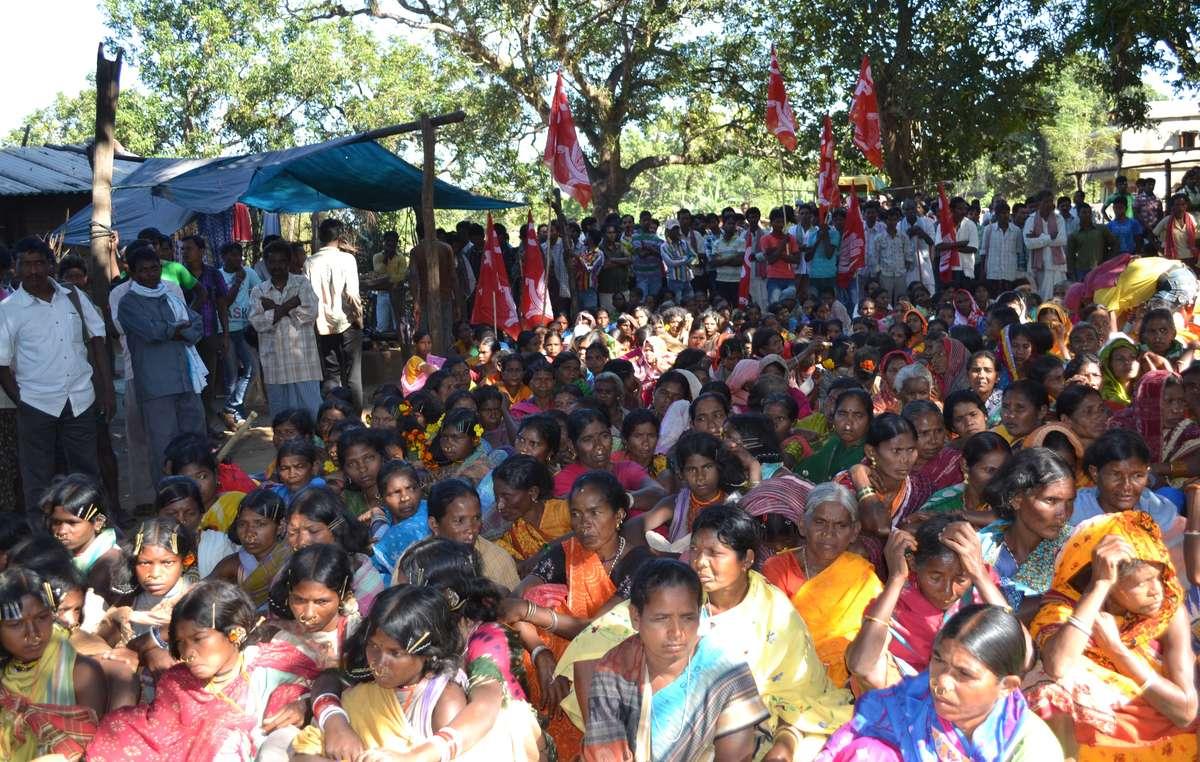 Des milliers de personnes se sont rassemblées pour manifester leur opposition au projet dexploitation minière des collines de Niyamgiri.