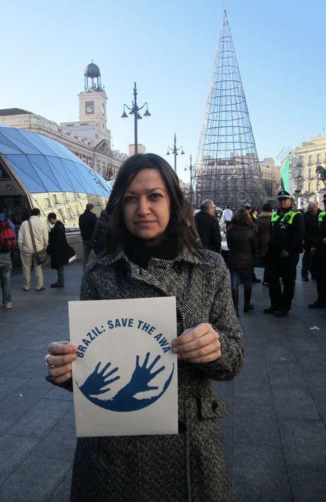 Una sostenitrice di Survival alla Puerta del Sol, a Madrid.