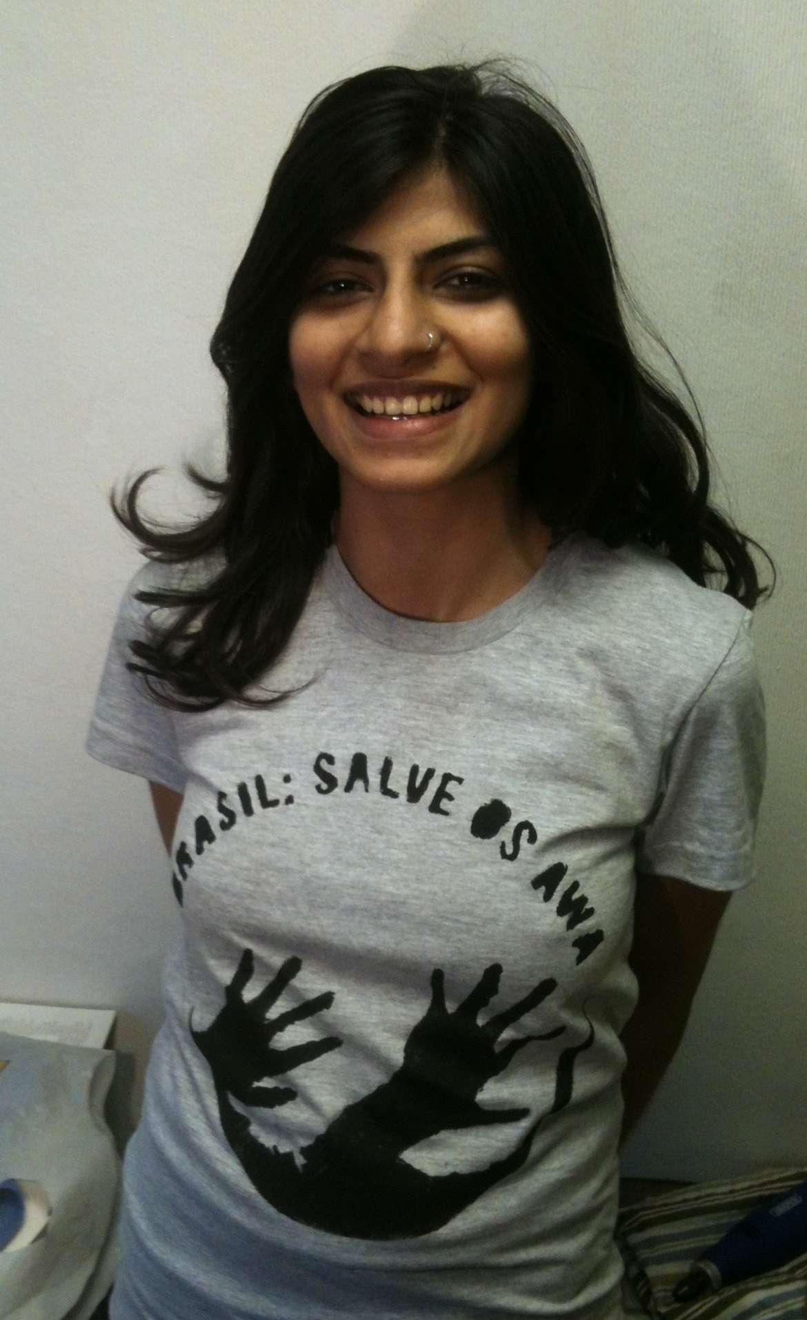 Eine Survival-Unterstützerin fordert mit ihrem T-Shirt den Schutz der Awá