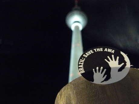 Una pegatina de Survival bajo el Fernsehturm de Berlín.