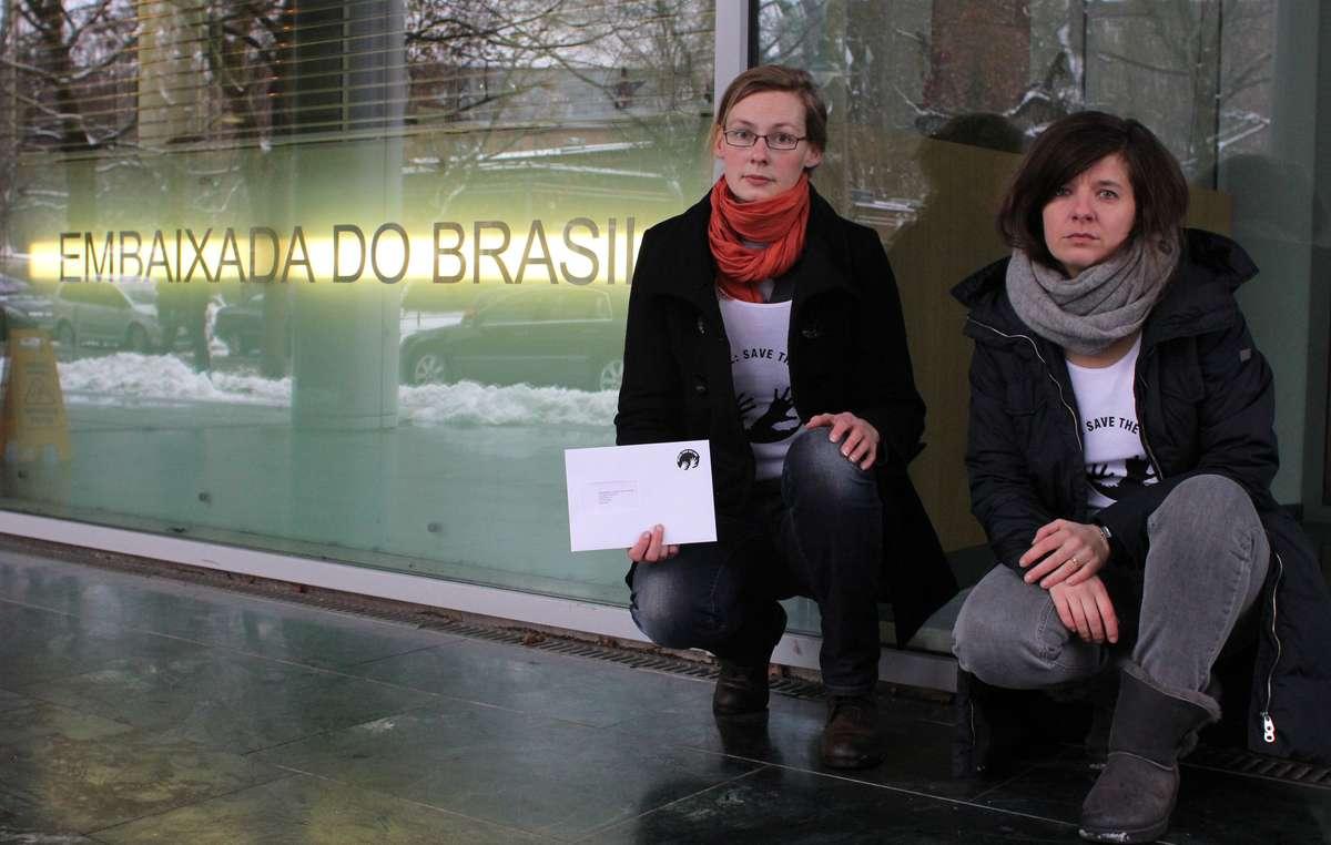 Des manifestants à Berlin ont remis une lettre à l'Ambassade du Brésil.