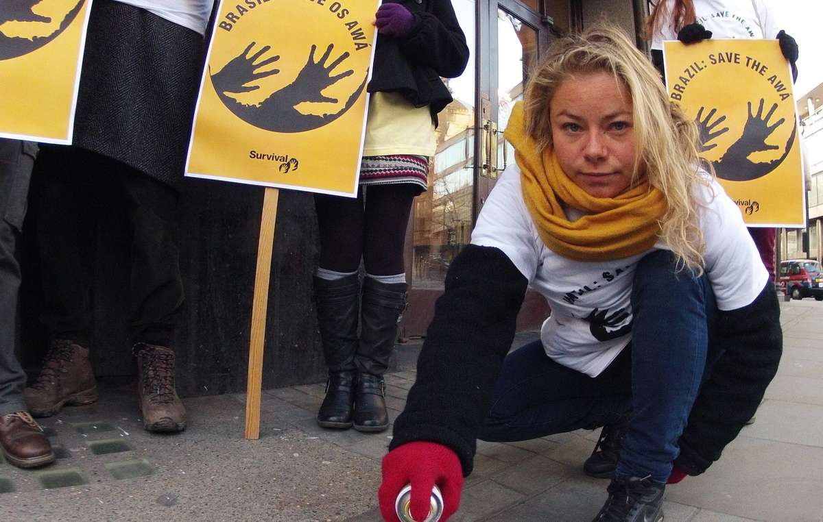 Pessoas protestaram em Londres, apoiando a tribo Awá, do Brasil.