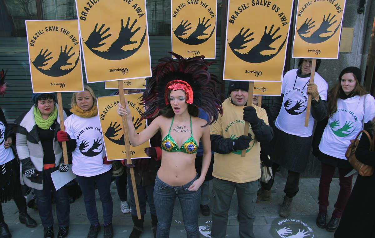 Sticker awá : des manifestants ont brandi le logo devant l'Ambassade brésilienne à Londres.