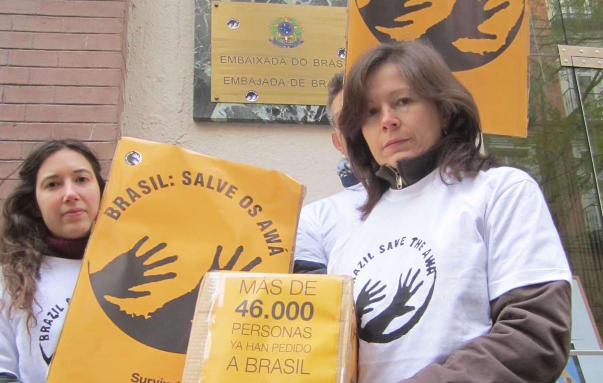 Manifestantes em Madrid, na Espanha, entregaram uma carta à embaixada brasileira