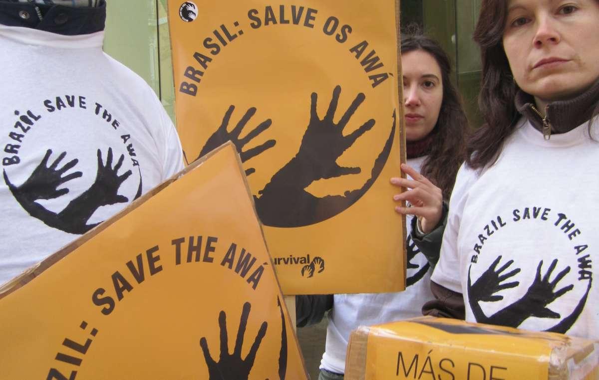 Des manifestants à Madrid ont remis une lettre à l'Ambassade du Brésil.