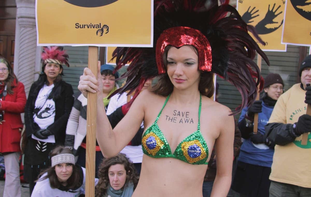 Une manifestante en costume de carnaval délivre un message clair au gouvernement brésilien : 'Sauvez les Awá'.