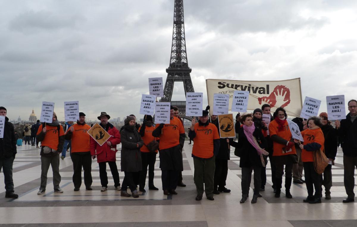 Manifestation à Paris, sur le parvis des droits de l'homme, en soutien aux Awá du Brésil