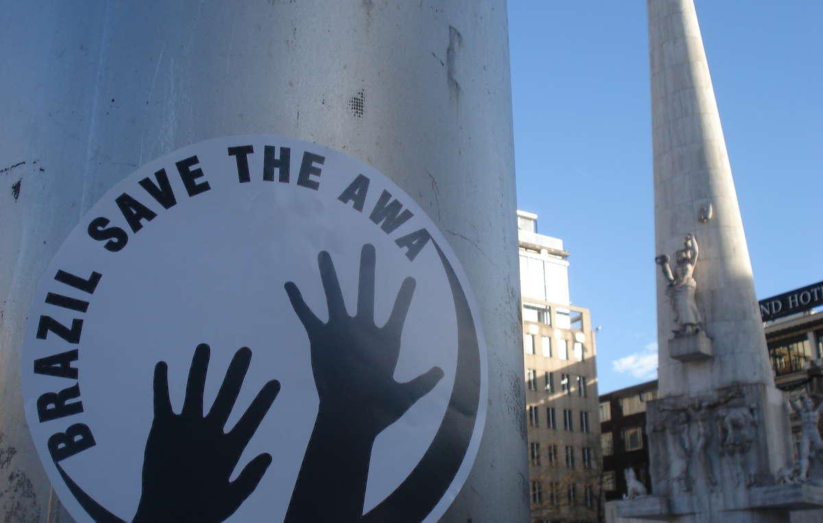 Manifestantes na Holanda colocaram estêncils de 'Salve os Awá' na Praça Dam.